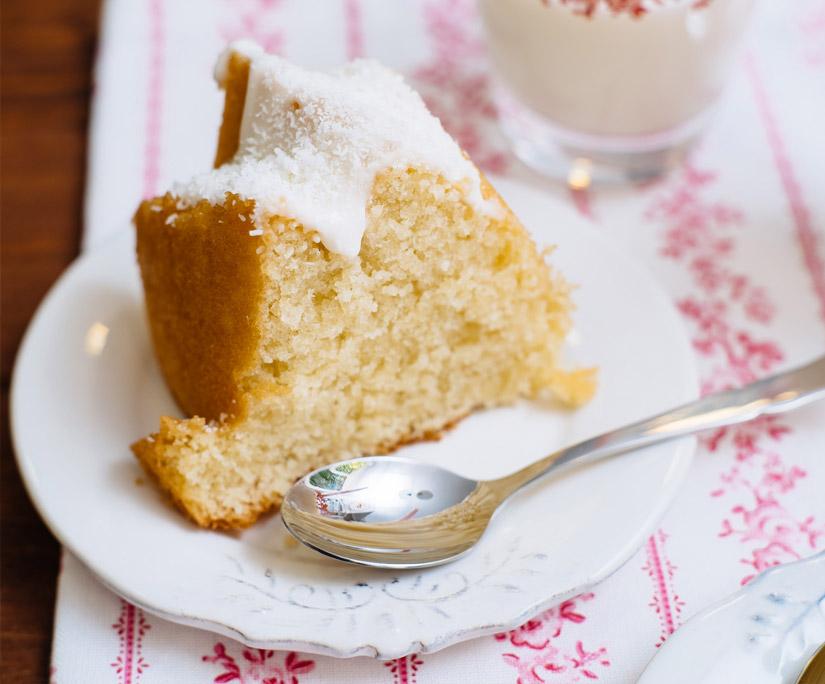 Una porción del Bundt Cake recién horneado