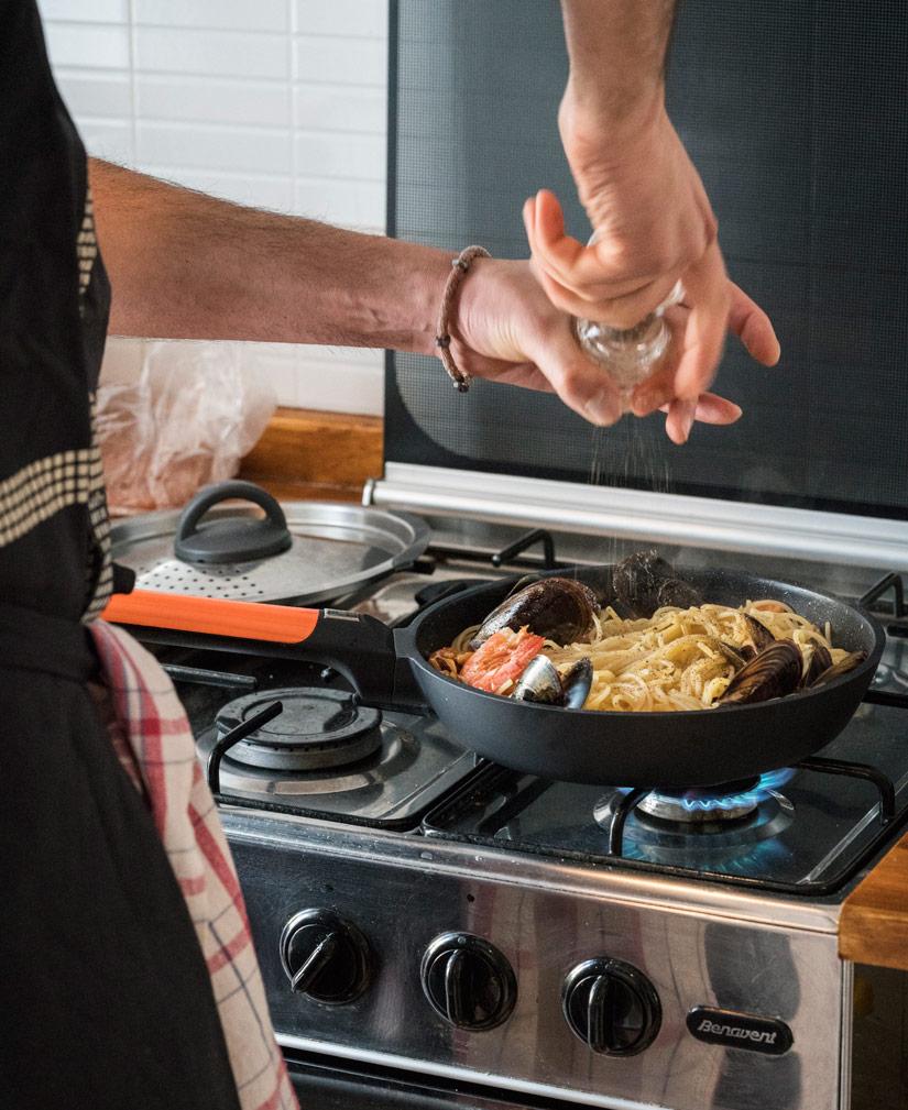 Cocinando con sartenes Bra