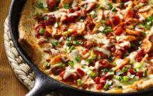 Crujiente pizza hecha en sartén de hierro fundido